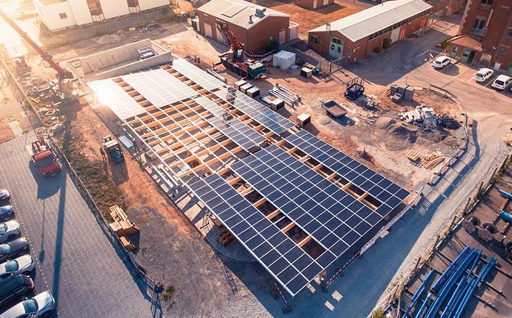 Carport mit einem Dach aus Solarmodulen