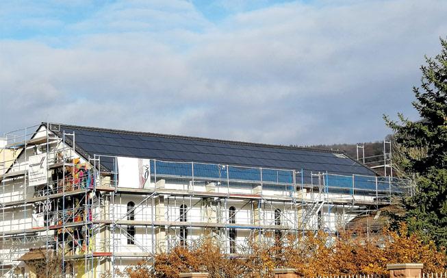 Die Photovoltaik-Anlage im Dach der denkmalgeschützen ehemaligen Chapel